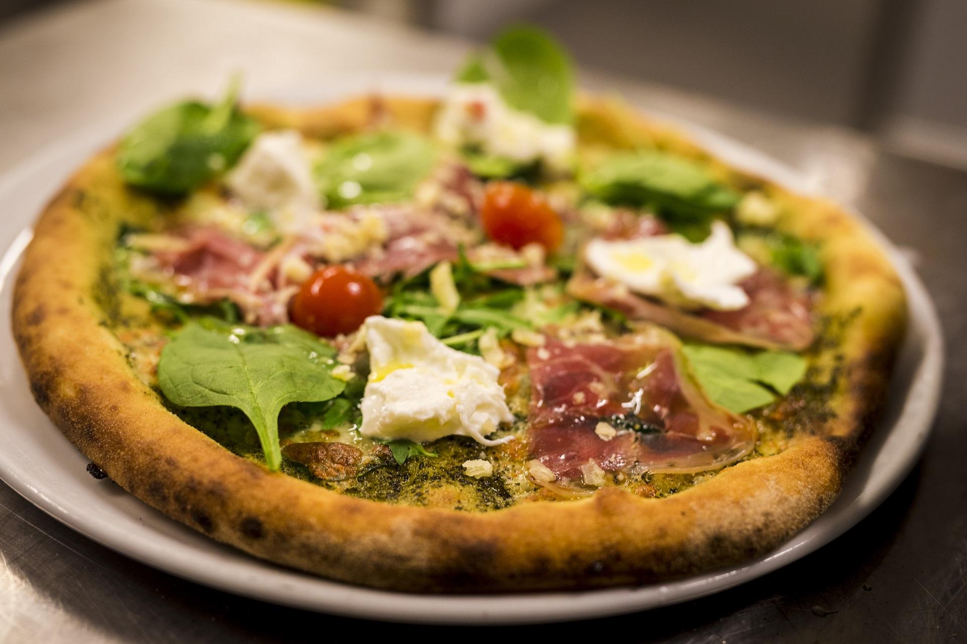 Ruccolas Prosciutto-pizza med parmaskinka, buffelmozzarella, spenat, pesto, körsbärstomater och västerbottensost