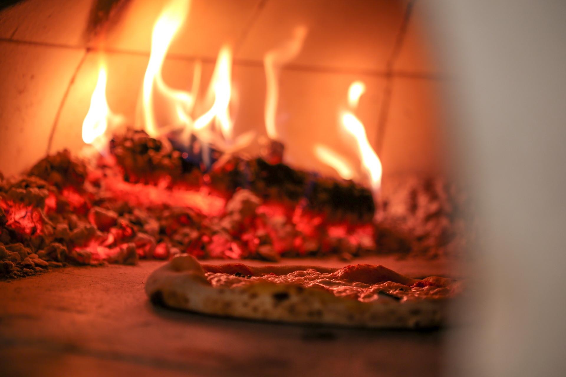 Pizza bakas i Ruccolas vedugn